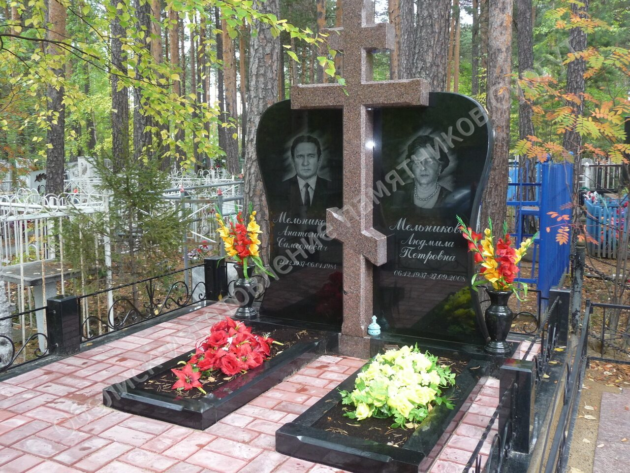Мемориальный комплекс с крестом Сургут Цоколь из габбро-диабаза Котово